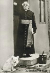 Pfarrer Sebastian Kneipp mit seinem weißen Spitz