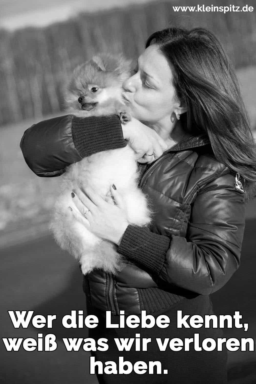 Eine Frau küsst ihren Spitz